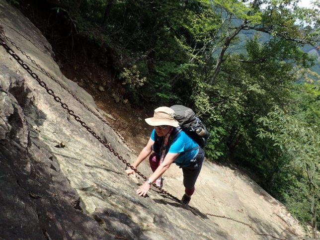 伊豆ケ岳の男坂を登ります