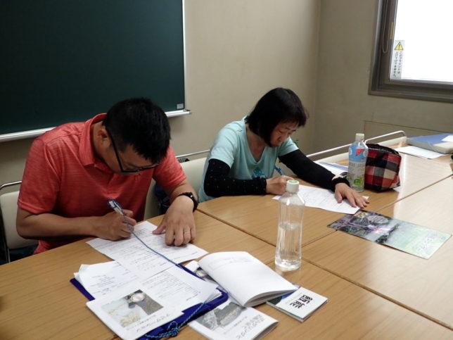 筆記試験中。2人とも好成績でした