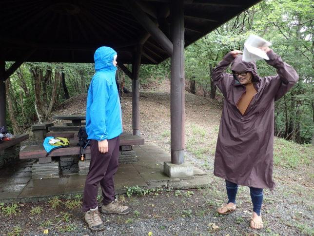 フードの調節方法など雨具を使うときのポイントを解説しました
