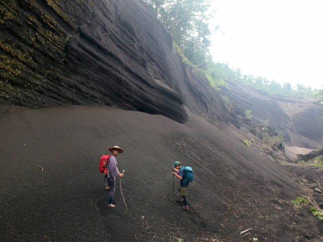 砂礫の斜面はズブズブで苦戦しました