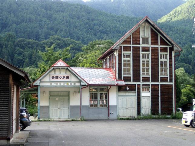 新島々駅の正面にある旧島々駅舎