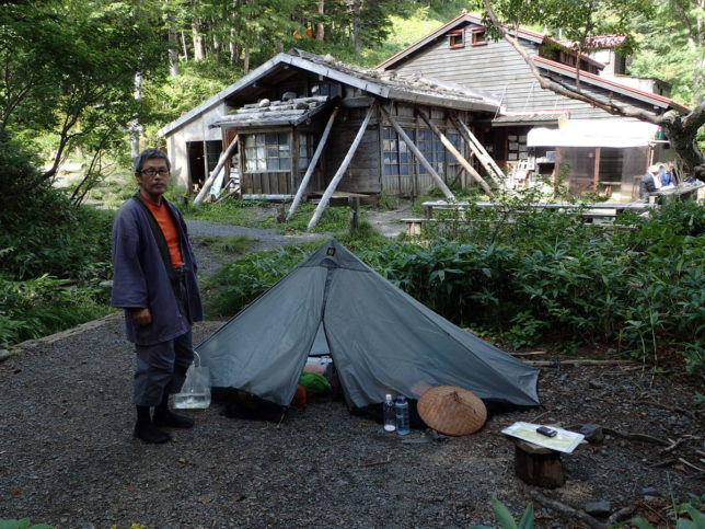 徳本峠に到着。小屋の近くにテントを張りました