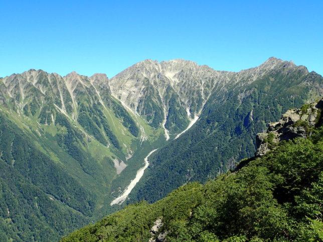 森林限界を越えると正面に穂高の山が迫ってきます