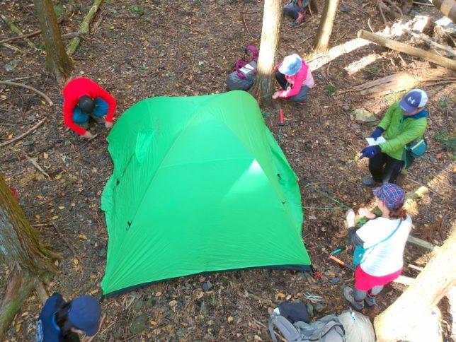 張り綱を固定してテントの設営は完了