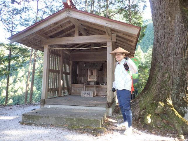 湯の沢の八坂神社。この先は道がありません