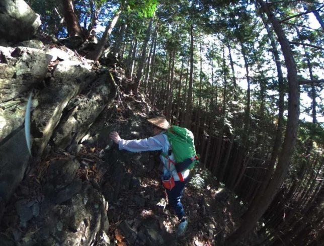 下の岩場を登ります