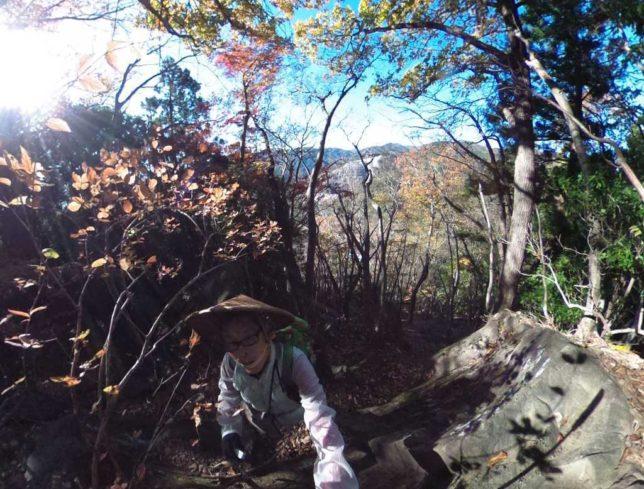 上の岩場を抜けます。日差しが暖かい