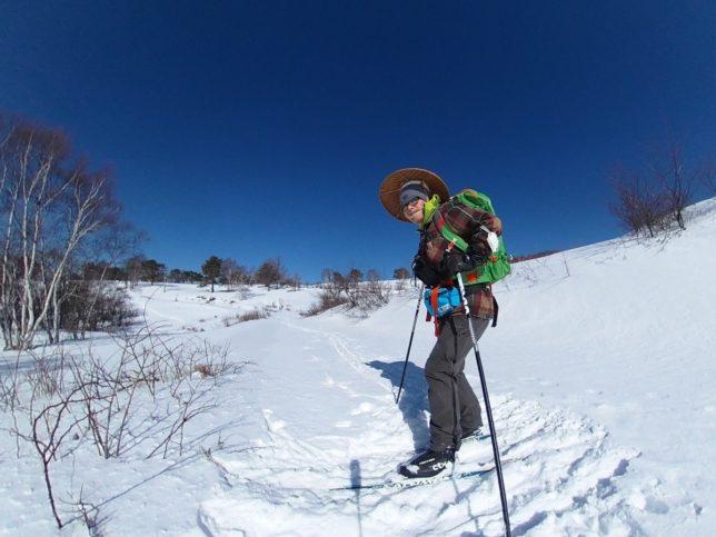 牧場下部で一休み。雪が少ないのでコースは慎重に選びました