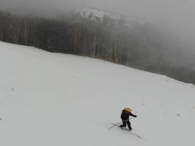 雪とガスの中を滑りました