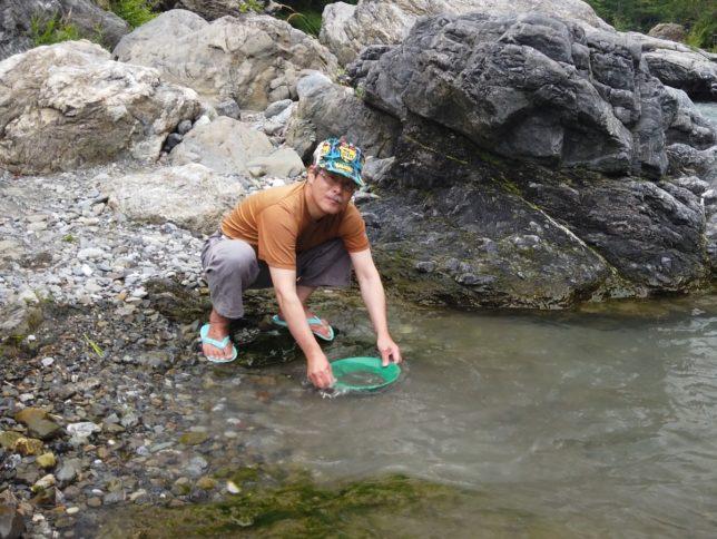 さらった泥から石や砂を洗い流します
