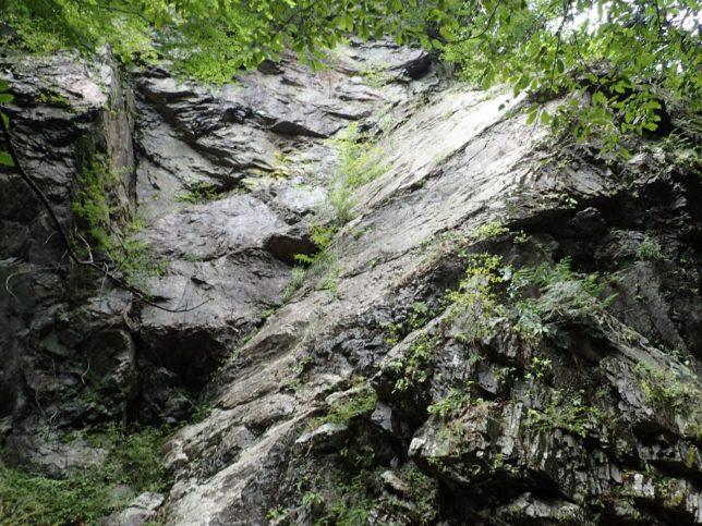 湯基入の岩場。スラブのグレードは8くらいか