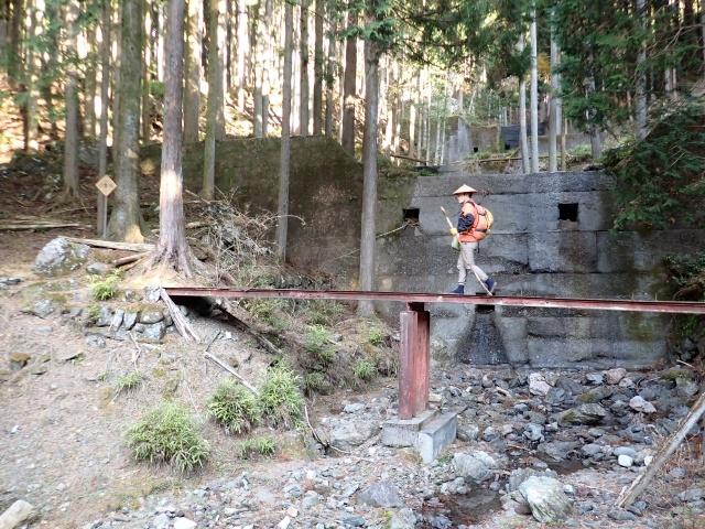 林道終点から橋を渡って登山道に入りました