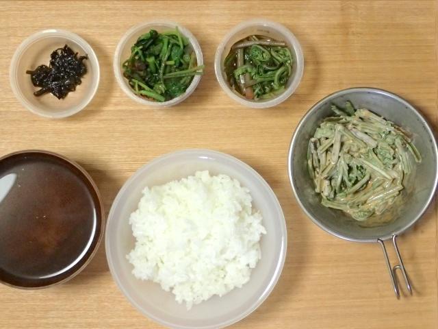 山菜ご飯。(左上から右へ)モミジガサの佃煮、モミジガサのおひたし、キヨタキシダのおひたし、キヨタキシダの味噌マヨ和え