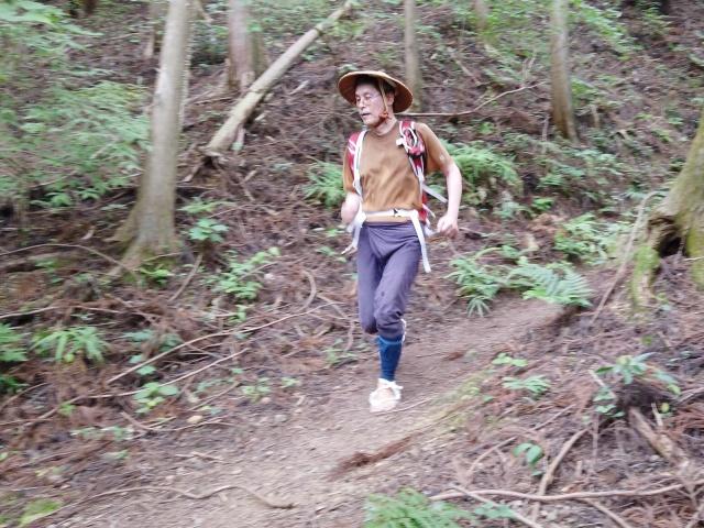 ワラジは走りやすいけど、小石を踏むと痛い