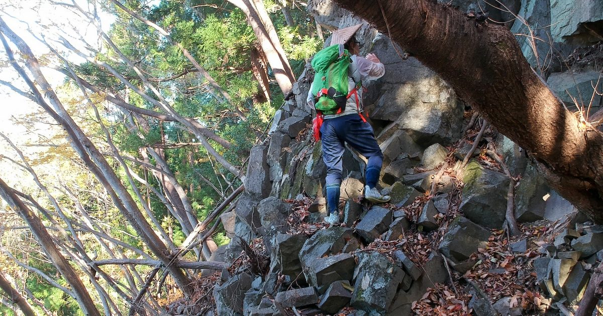古御岳の岩場を登る