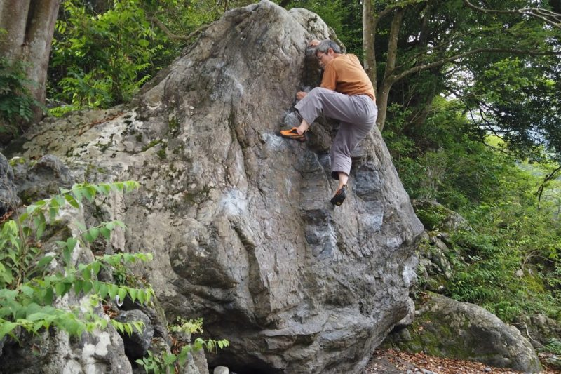 マミ岩左6級を登る