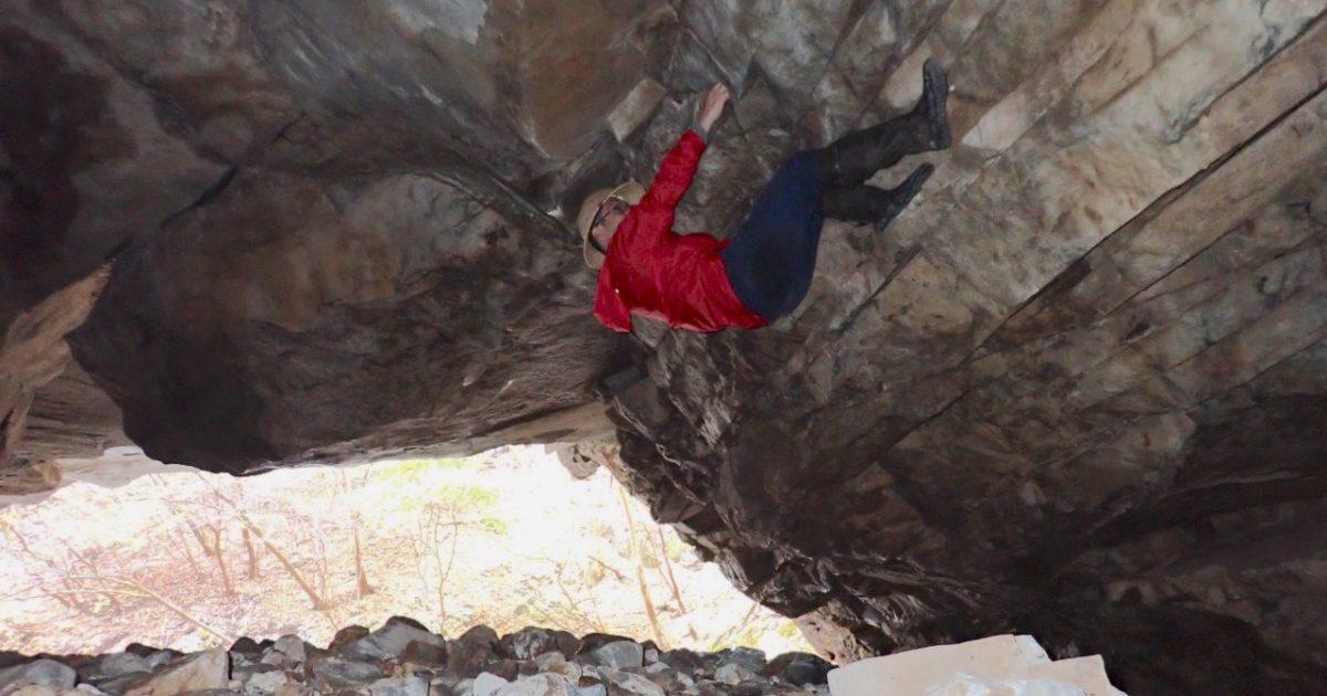 洞窟でボルダリング