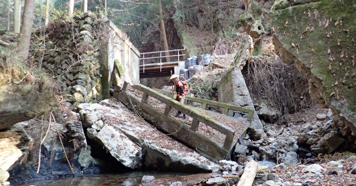 落ちた橋を渡ります
