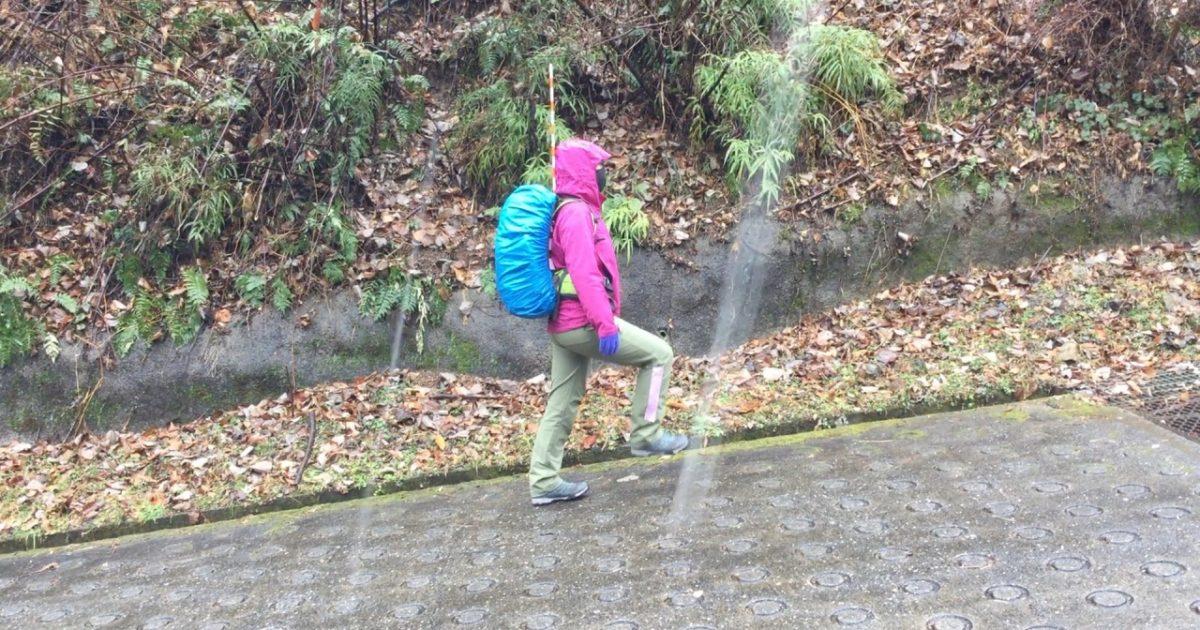 雪降る中で歩き方を練習